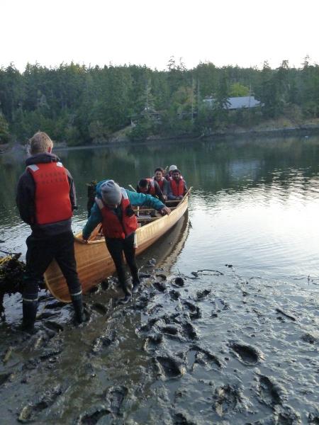 unloading-the-voyageur-canoe
